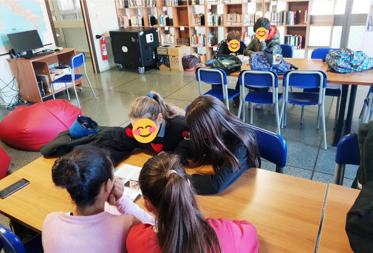 Peer-to-peer-bambini-che-studiano