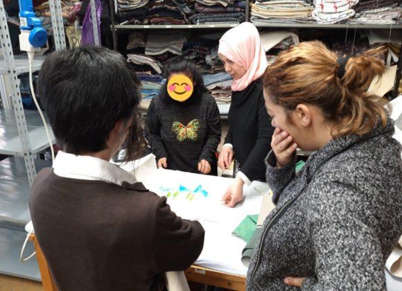 Esperti d'eccezione in laboratorio: Fouzia insegna alle ragazze di COLORI il taglio e cucito dritto