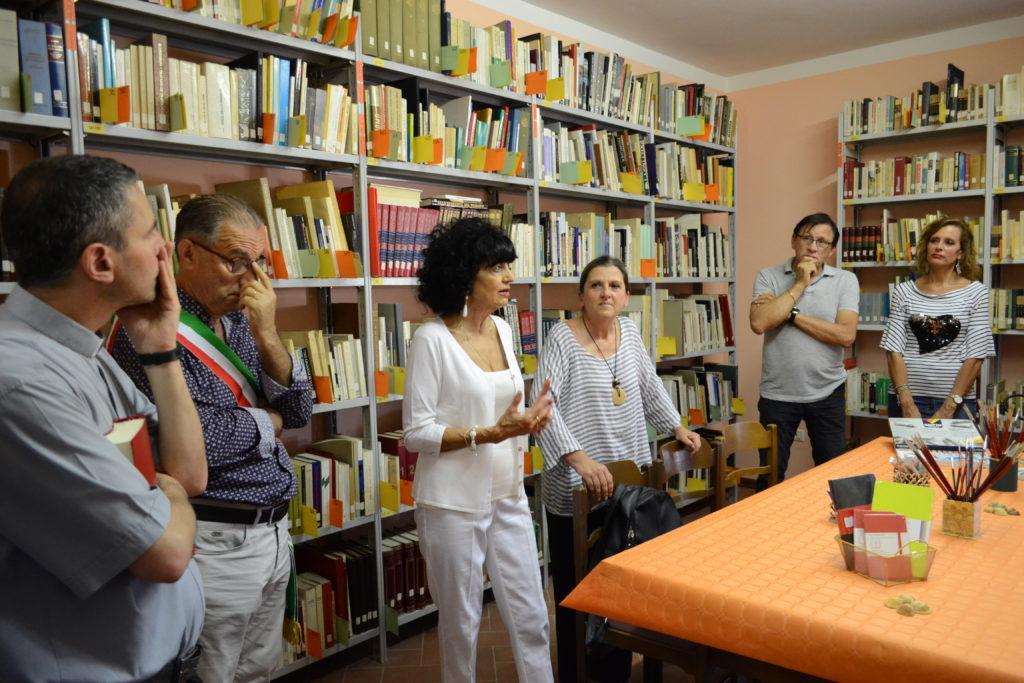 persone in biblioteca
