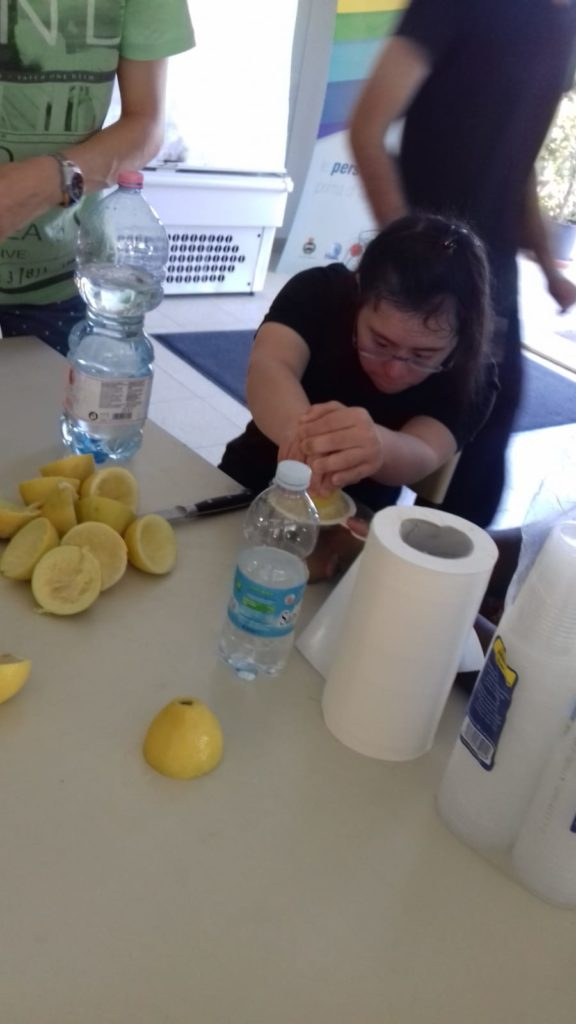 spremere i limoni per la limonata