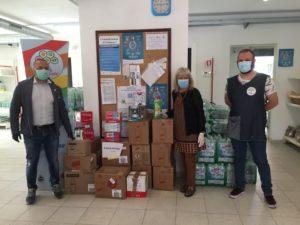 volontari con scatole all'Emporio Sociale