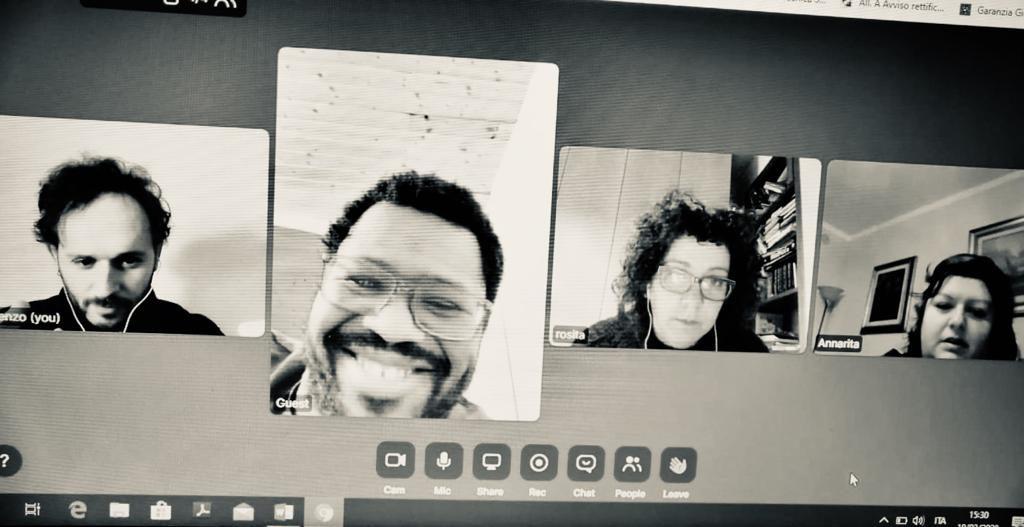 quattro ragazzi educatori in videocall